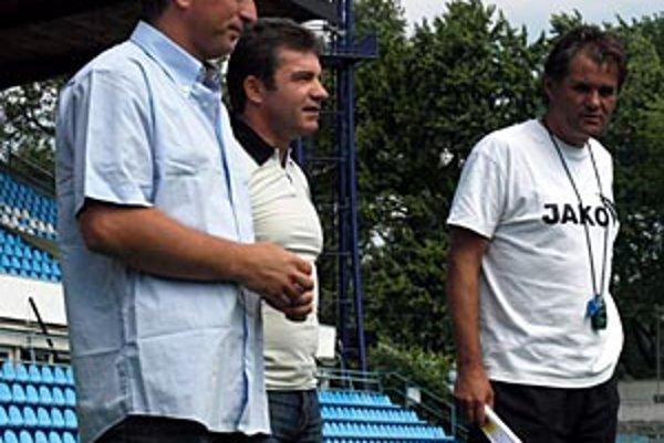 Zľava generálny manažér Jozef Petráni, prezident klubu Jiří Magyar a tréner Ivan Galád.