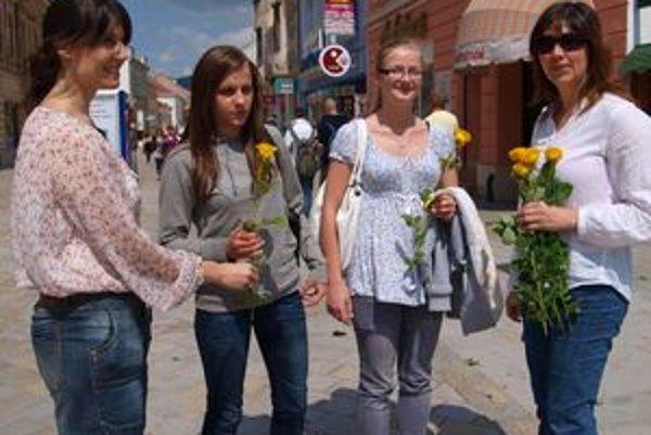 Deň Európy sa oslavoval aj v Nitre. Žlté ruže od Tatiany Kobidovej (vpravo) a Vladimíry Ašverusovej (vľavo) dostali Michaela Hudlasová a Andrea Kapusňáková, študentky Zdravotnej školy v Nitre.