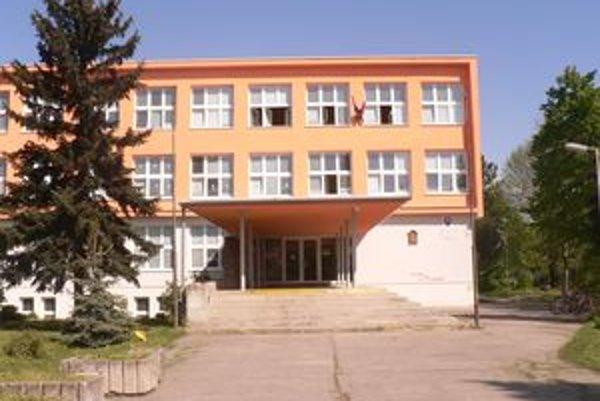 Mzdové prostriedky účtovali na ZŠ Komenského mesiac pozadu.