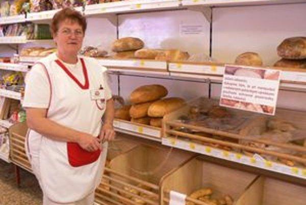 Hovorí, že v potravinách majú zákazníci k dispozícii kliešte aj rukavice.
