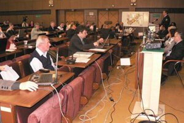 Niektorí poslanci vyčítajú mestu prílišný záujem o eurofondy.