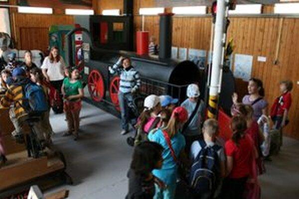 Deti si v Slovenskom poľnohospodárskom múzeu prezreli novú výstavu Na prvej koľaji pozor!