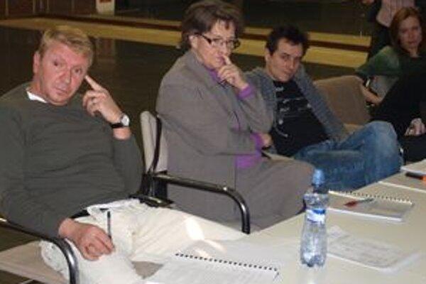 V predstavení Mŕtve duše si zahrajú Richard Stanke, Žofia Martišová, Peter Oszlík, Daniela Pribullová a ďalší herci.