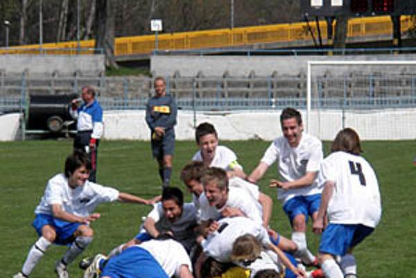 Radosť mladých Nitranov po víťaznom penaltovom rozstrele.