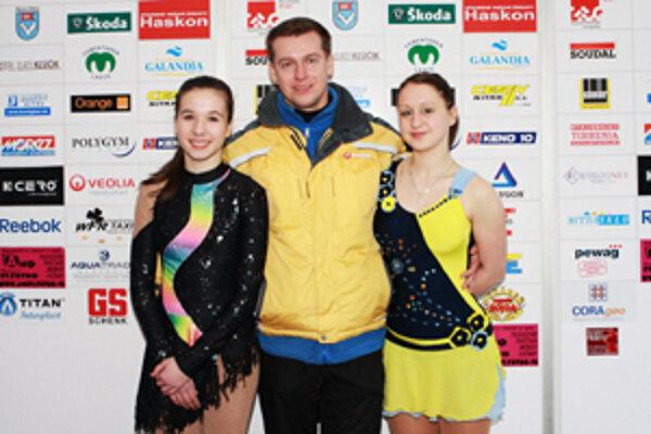 Zľava Linda Fúsková, tréner Remiš a Karolína Sýkorová.