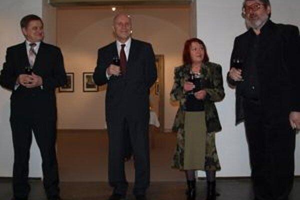 Na úspech a priateľské vzťahy medzi oboma národmi si pripili zľava Milan Belica, Danko Prokič, kurátorka Marta Hučková a autor Veljko Mihajlovič.