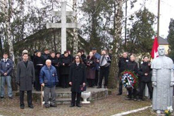 Bývalý žiak Tisa Števko (v strede s barlou) recituje básničku v Čakajovciach. V dedine stojí Tisova socha, pri ktorej Slovenské hnutie obrody usporadúva spomienky na vojnový slovenský štát a jeho prezidenta Tisa.