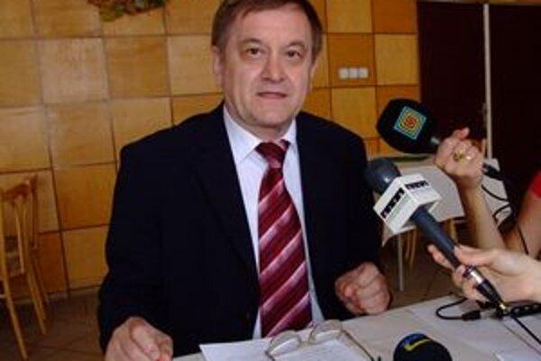 Župan Milan Belica hovorí, že pozadie firmy nepoznal. Dozvedel sa o ňom na základe anonymu. Vec prešetril a vedúcej odboru dal písomné upozornenie.