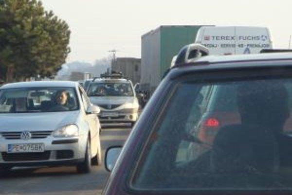 Kamionisti sa do centra krajského mesta nedostali, polícia ich odklonila opačným smerom - do Serede.