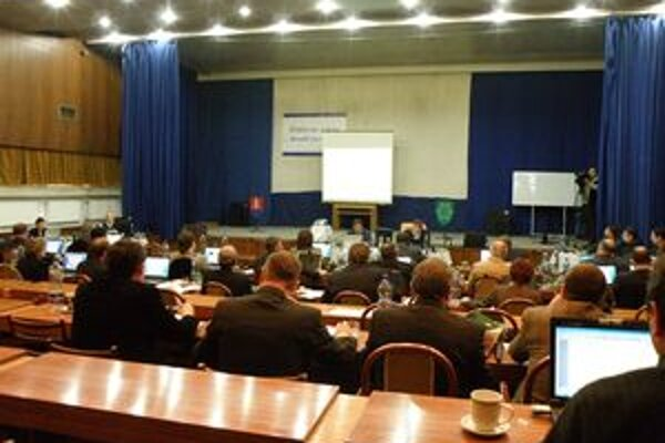 Poslanci mestského zastupiteľstva Nové Zámky vzali správu hlavného kontrolóra na vedomie.