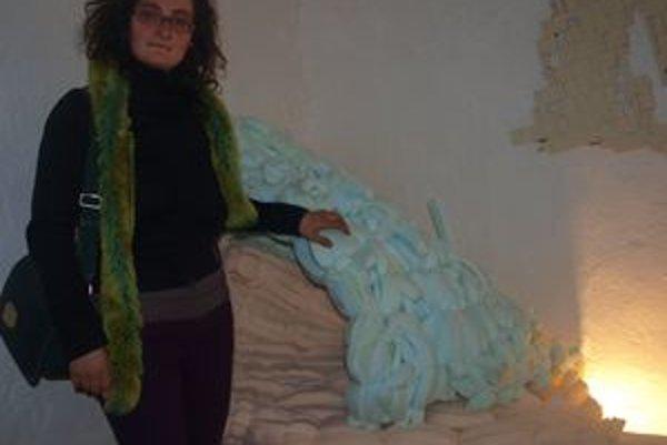 Petra Petríková v spálni betónového domu. Vpravo prikrývka z molitanu.