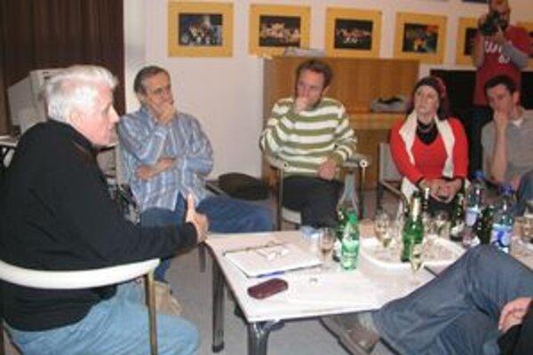 Tvorcovia a herci pri čítacej skúške Kolumbíny.
