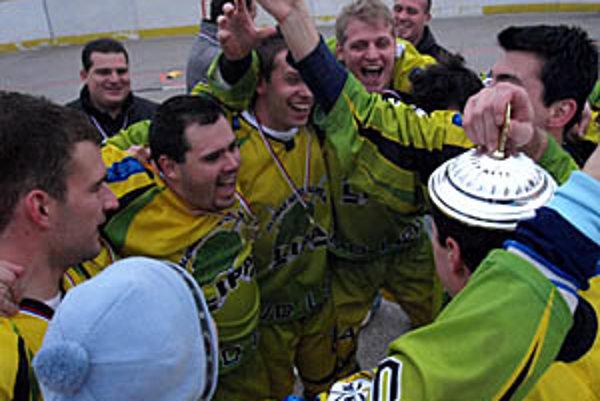Radosť hokejbalistov Lipa Teamu z obhajoby titulu vo farskej lige.