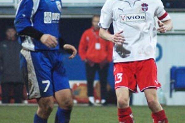 Kapitán Peter Kuračka dvoma gólmi otočil skóre, vľavo skúsený Šaľan Vyskoč.