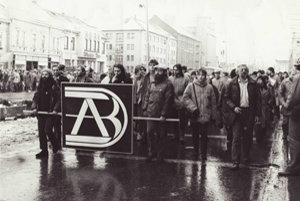 Dobrovoľne v uliciach. Po rokoch totality ľudia verejne prezentovali svoje názory.