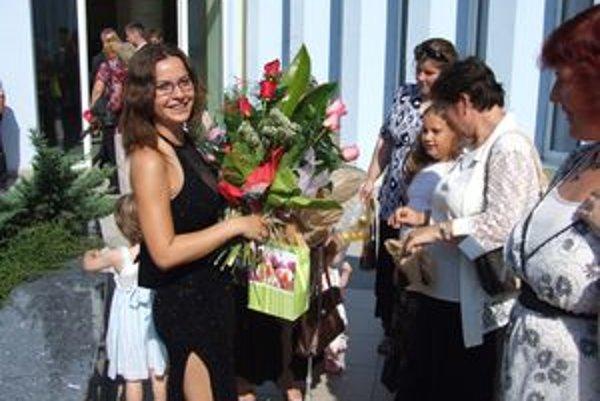 Oľga Janovičová a jej spolužiaci promovali v slávnostnom oblečení. Taláre im upreli.