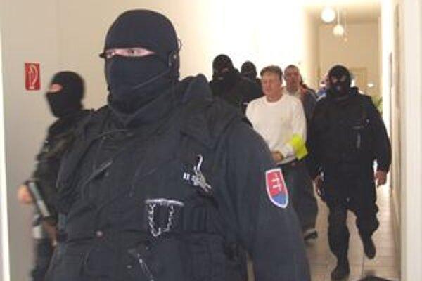 Obvinených sprevádzalo osem kukláčov.