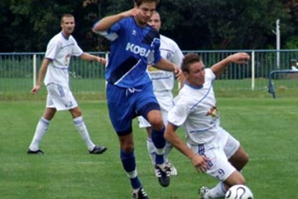 V derby Šamorín - Gabčíkovo sa zrodila remíza 1:1. Bolega zastavuje Buchela.