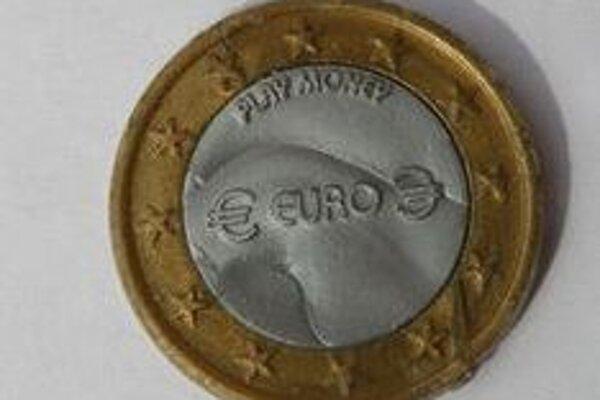 Plastová minca je napodobeninou eura. Na lícnej strane je vyrazená hodnota, na jej opaku však nájdete vyrazený nápis PLAY MONEY.