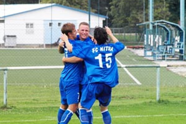 Tím FC Nitra 19 doma podľahol Prešovu, no vyhral v Trnave. Z gólu sa radujú zľava Paukner, Dano a Brath.