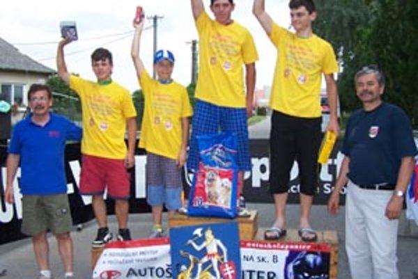 Pri stupňoch víťazov v Mojmírovciach zľava V. Došek (riaditeľ pretekov), víťazi kategórií P. Urbanec, D. Mihalčík, M. Medveď, J. Bučo a starosta I. Kováč.