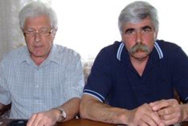 Nezávislý poslanec Štefan Valkovič (vľavo) stojí za vyhodeným poslancom Petrom Dvončom (SNS). Väčšina zboru podporuje Dvonča.