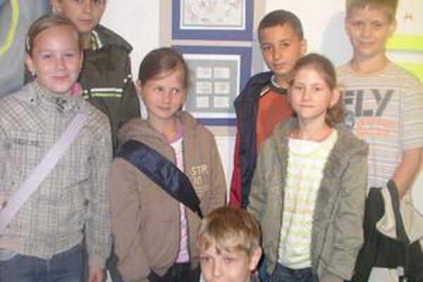 Zľava tretia Michaela Hajašová získala jednu z hlavných cien. Vedľa nej spolužiaci zo ZŠ sv. Marka v Nitre.