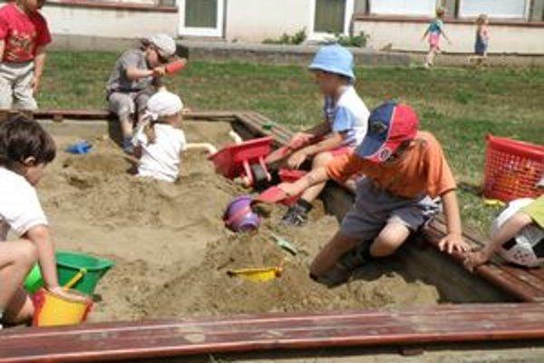 Neudržiavané pieskoviská môžu byť pre deti rizikom.