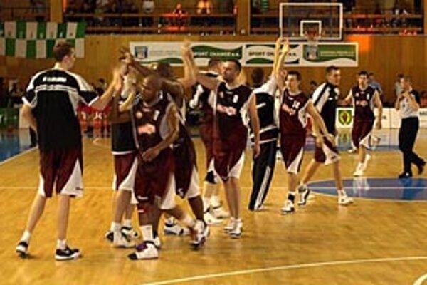 Basketbalisti Nitry sa v sobotu večer v Pezinku tešili z víťazstva 85:77.