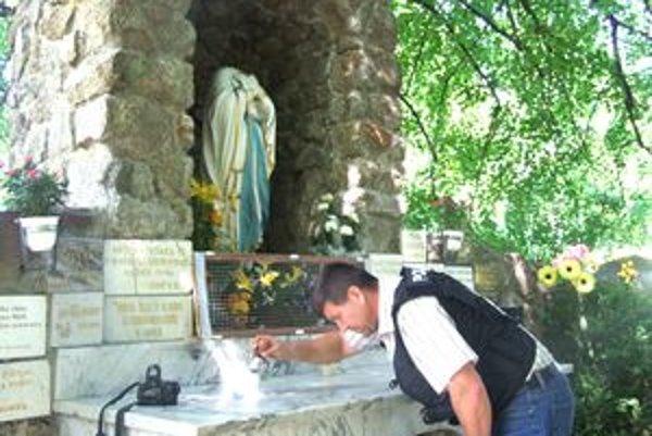 Soche Panny Márie sťali mačetou hlavu. Políca v piatok odobrala na mieste činu stopy.