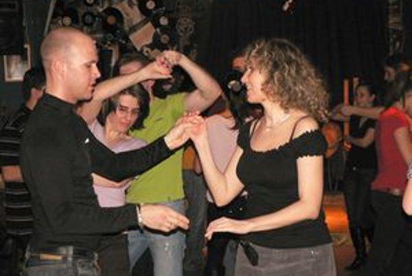 Zuzana Káčeríková vyučuje v bare salsu.