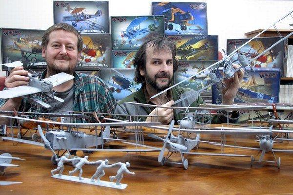 Režisér Peter Jackson (vpravo) a Richard Alexander, riaditeľ Wingnut Wings so svojimi modelmi. Modely pre nich lepí aj Slovák Zdenko Bugáň.