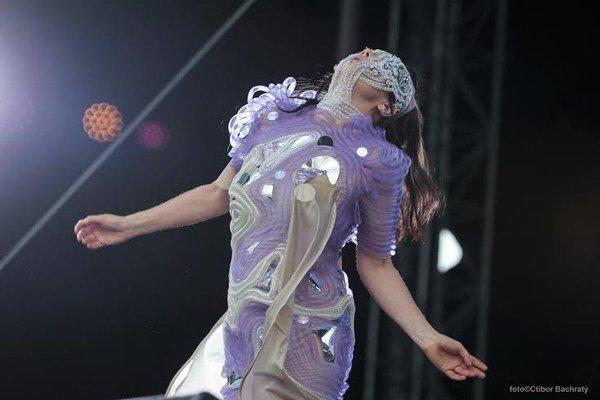 Björk odspievala celý koncert v maske.