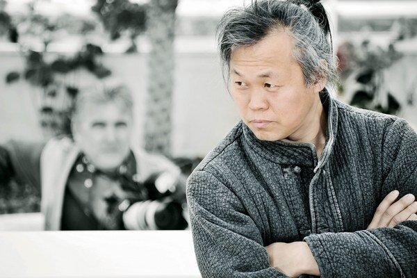 Juhokórejský režisér Kim Kiduk má  ceny zo všetkých prestížnych festivalov: z Cannes, Benátok, Berlína. Svoj nový film The Stop (na snímkach dolu) nakrútil bez peňazí a bez štábu.