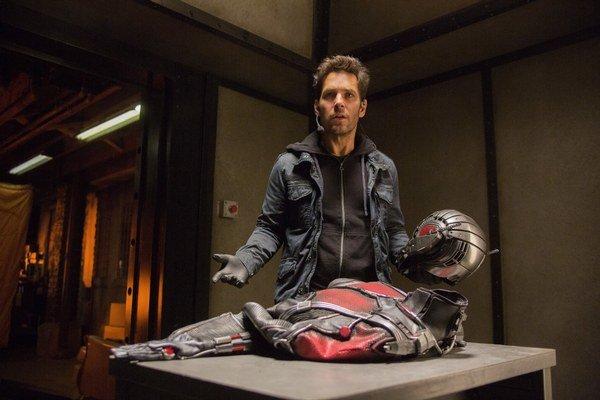 Zlodeja Scotta Langa, ktorý sa vďaka kostýmu Ant Mana dokáže zmenšiť svoje fyzické rozmery, si zahral Paul Rudd.