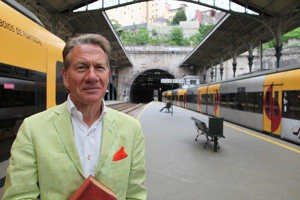 Michael Portillo, bývalý politik, dnes novinár a moderátor nakrúca pre britskú televíziu BBC dokumentárny seriál Veľké kontinentálne cesty po železnici. U nás ho vysiela Viasat History.