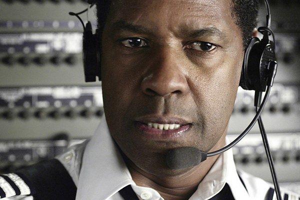 Denzel Washington v snímke Let (2012). Za postavu drogovo závislého pilota Whipa Whitekara získal nomináciu na Oscara.