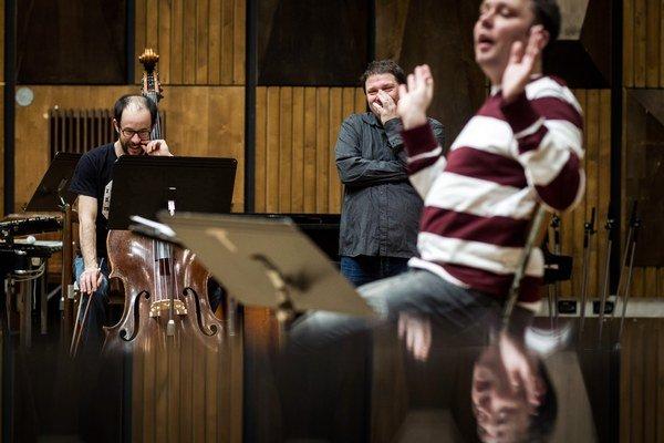 Marek Piaček pri skúške orchestra k Stručným dejinám vesmíru. Do práce dirigenta takmer  nezasahoval.