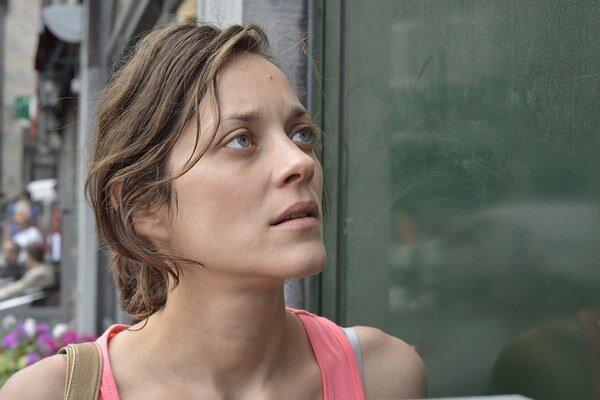 Marion Cotillard vo filme Dva dni, jedna noc. Jeho režiséri, bratia JeanPierre a Luc Dardennovci pochádzajú z Belgicka a patria medzi najväčšie osobnosti svetovej kinematografie. Na festivale v Cannes získali už dvakrát Zlatú palmu – za filmy Ros