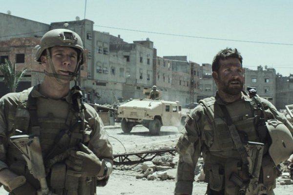Bradley Cooper (vpravo) vo filme Americký ostreľovač. Do našich kín príde 19. februára.