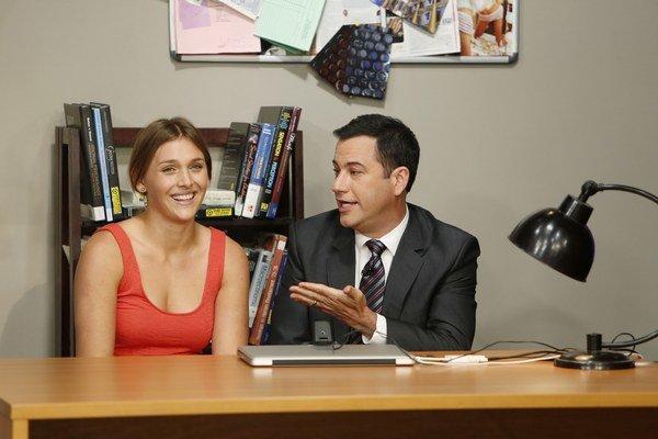 Tancujúca dievčina vo videu bol podvrh tohto roku. Americký komik Jimmy Kimmel ho odhalil vo svojej šou.