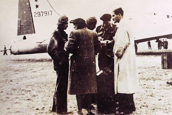 Chaviva Reick (zozadu) so skupinou palestínskych parašutistov 7. októbra 1944 na letisku Sliač.