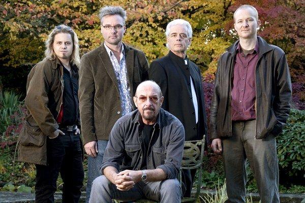 Ian Anderson (67) uprostred medzi svojimi súčasnými spoluhráčmi. Preslávil sa v skupine Jethro Tull, ktorá priniesla na scénu folkrockové pesničky. Prvý sólový album vydal už v roku 1983, Homo Erraticus (2014) je šiestym.