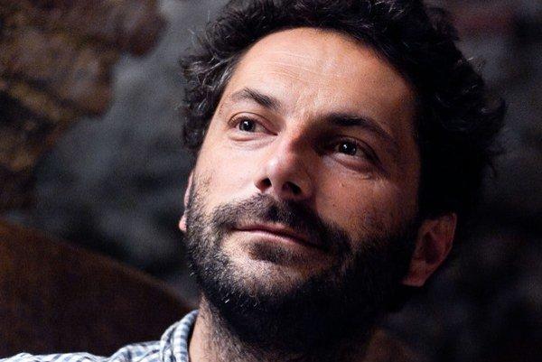 Martin Kollár (1971), fotograf a kameraman, pochádza zo Žiliny. Vyštudoval kameru na Filmovej fakulte VŠMU v Bratislave. Pracoval zvyčajne na dlhodobých rezidenčných projektoch vo východnej Európe, Francúzsku, v Nemecku, Izraeli. Získal niekoľko g