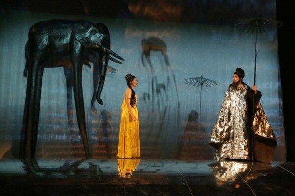 Operu Lovci perál od Bizeta hudobne naštudoval a diriguje  Igor Bulla, režisérkou je Andrea Hlinková.