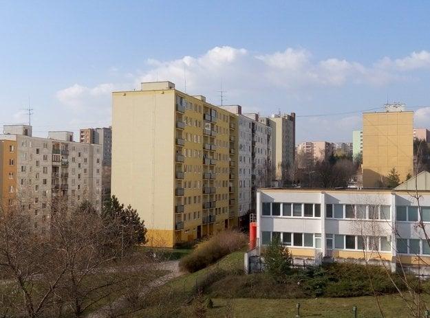 Pohľad na okolie z bytového domu na ulici Mateja Bela v roku 2016.