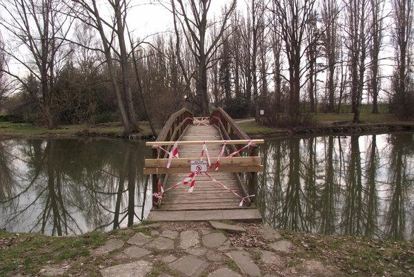 Lávka, ktorá vedie nad jazierkom v parku, je zavretá.