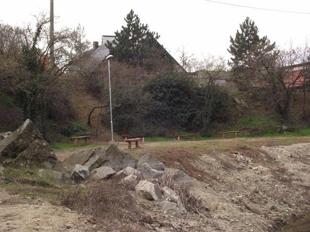 Pri jazierku pribudli nové lavičky a osvetlenie.