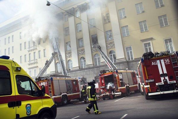 Hasiči zasahujú počas požiaru budovy ruského ministerstva obrany v Moskve.