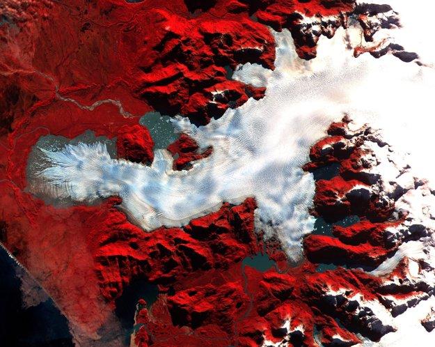 Severná Patagónia - nepravé farby zobrazujú vegetáciu červenou farbou. Veľký ľadovec je pokrytý trhlinami.